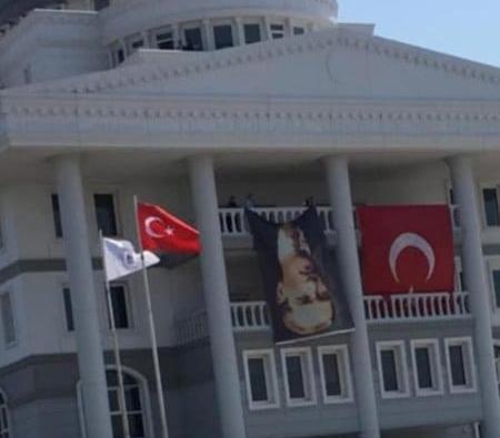 ATATÜRK'Ü BELEDİYE BİNASINA TERS ASTILAR
