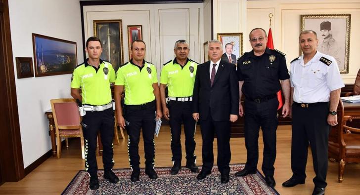 O POLİSLERİ VALİ ÖDÜLLENDİRDİ